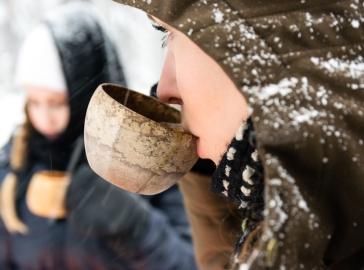 Henna hörppää Kupilkasta, kun Nexus W:n säädettävä huppu suojaa silmäripsiä lumituiskulta.