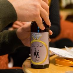 Kihlautumista juhlistava etiketti asettuu pullon kylkeen hienosti.